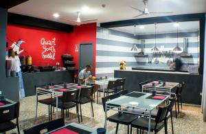 A restaurant or other place to eat at Quart Youth Hostel & Apartments