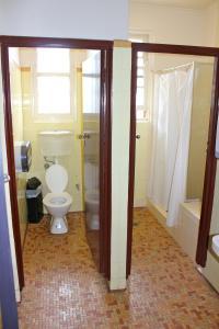 A bathroom at Belmore Hotel Maitland