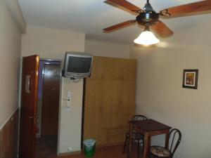 Una televisión o centro de entretenimiento en Hotel Plaza Garay