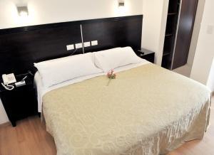 Una cama o camas en una habitación de Luxor Hotel Salta