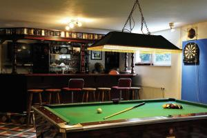A pool table at Gasthaus Zum Rethberg