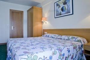 A bed or beds in a room at Hotel Zaragoza Plaza