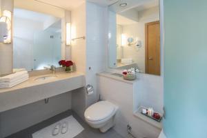 A bathroom at Leonardo Plaza Ashdod