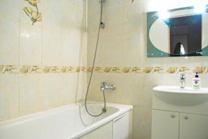 """Ванная комната в Апартаменты """"Галерея. Люкс 1-комнатный"""""""