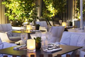A restaurant or other place to eat at Le Cinq Codet