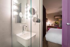 A bathroom at Hôtel La Parizienne by Elegancia