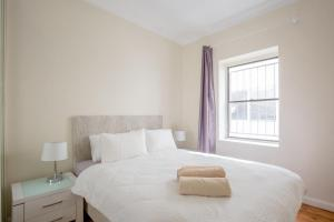 A bed or beds in a room at Ultimate Bondi Escape #2 - A Bondi Beach Holiday Home