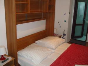 A bed or beds in a room at Pensiunea Soimul