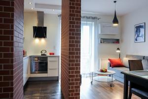A kitchen or kitchenette at Apartamenty Starówka - Riverside