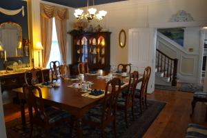 A restaurant or other place to eat at EJ Bowman House Bed & Breakfast