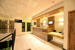 The lobby or reception area at ibis budget Nice Aeroport