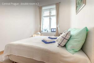 A bed or beds in a room at Kent Ridge Loft