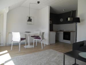 A kitchen or kitchenette at Das Stadthaus