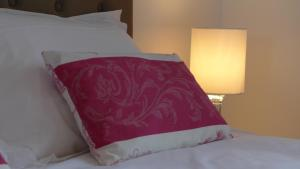 A bed or beds in a room at Les Versaillaises B&B