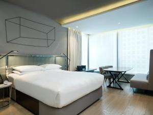 A bed or beds in a room at 99 Bonham