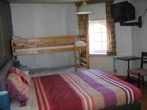 Een stapelbed of stapelbedden in een kamer bij The Pipers