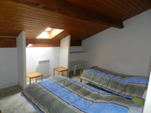 A bed or beds in a room at Les Flots Bleus Etage