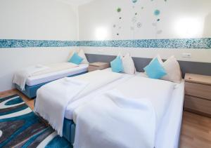 A bed or beds in a room at Hotel Zlami-Holzer