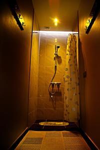 A bathroom at Viesu nams Raibais Asaris