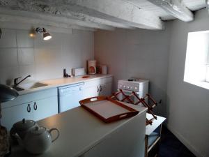 A kitchen or kitchenette at Gites Les Vents Bleus