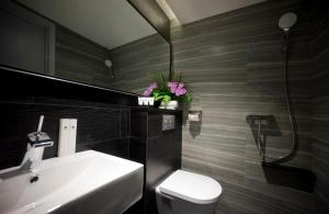 A bathroom at Venue Hotel The Lily (SG Clean)