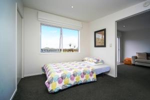 A bed or beds in a room at Kohi Beach Bed & Breakfast