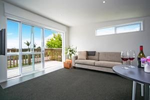 A seating area at Kohi Beach Bed & Breakfast