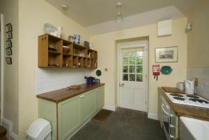 A kitchen or kitchenette at Salterbridge Gatelodge