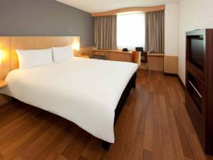 A bed or beds in a room at ibis Genève Centre Nations