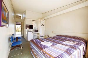 A bed or beds in a room at Sunnybank Hotel Brisbane