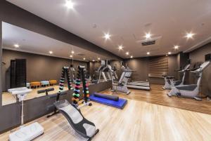 The fitness centre and/or fitness facilities at HOTEL MYSTAYS PREMIER Kanazawa