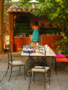 A restaurant or other place to eat at Bed and Breakfast Jardin de Marie