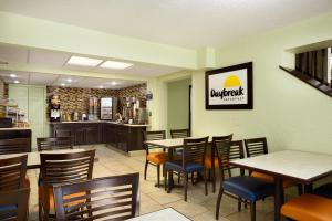 A restaurant or other place to eat at Days Inn by Wyndham Jasper