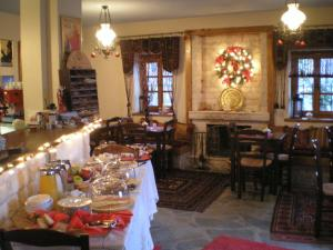 A restaurant or other place to eat at Petradi 1873