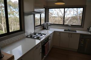A kitchen or kitchenette at Silvergum