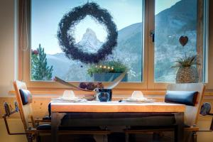 A restaurant or other place to eat at Alpenlodge
