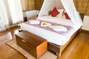 A bed or beds in a room at Tinkerbell Resort @ Koh Kood
