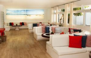 Een zitgedeelte bij Apartamentos Panorama Adults Only