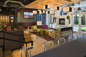 The lounge or bar area at Aloft Portland Airport Hotel at Cascade Station