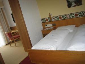A bed or beds in a room at Hotel Völserhof