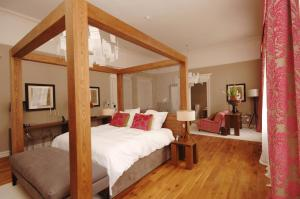 A bed or beds in a room at Tigerlily