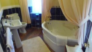 A bathroom at Caheroyn House