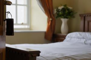 A bed or beds in a room at Jacksons Restaurant and Accommodation