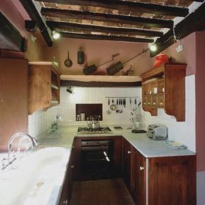 A kitchen or kitchenette at Castello Del Poggiarello Di Stigliano