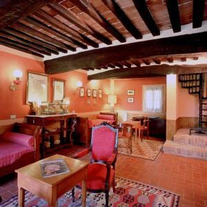 A restaurant or other place to eat at Castello Del Poggiarello Di Stigliano