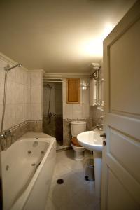 Ein Badezimmer in der Unterkunft Porfyron