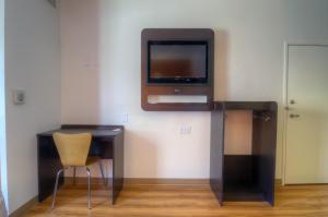 Uma TV ou centro de entretenimento em Motel 6-Orlando, FL - International Dr