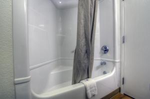 Um banheiro em Motel 6-Orlando, FL - International Dr