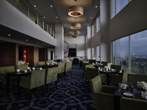 A restaurant or other place to eat at Pullman Kuching