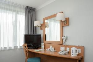 Una televisión o centro de entretenimiento en Campanile Hotel Dartford